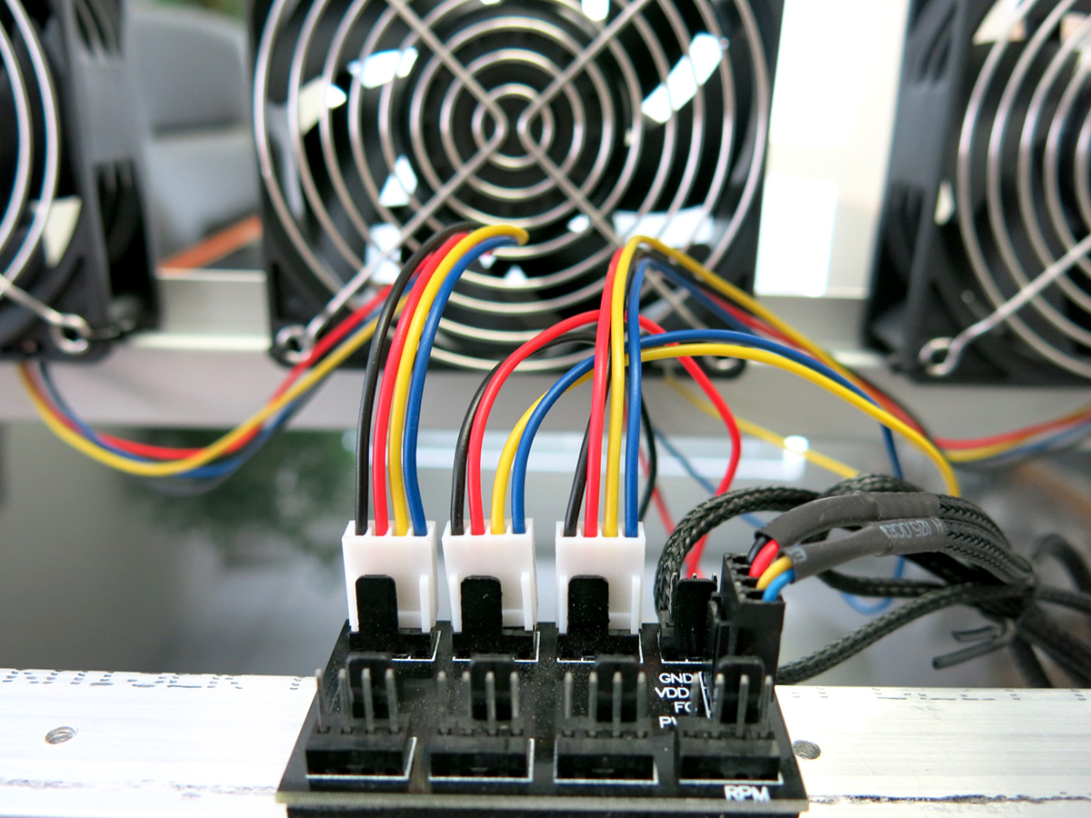 8 way Multiple CPU Cooling Fan 4 Pin Controller Hub Power Supply Interface Host